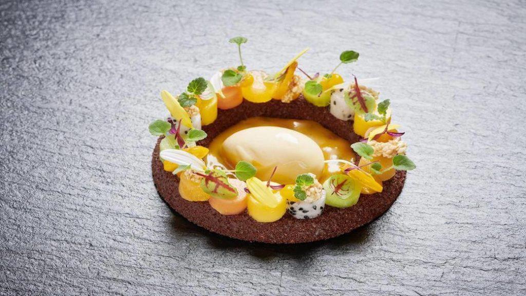 Schokoladenmousse mit Passionsfruchtsorbet und Sesam