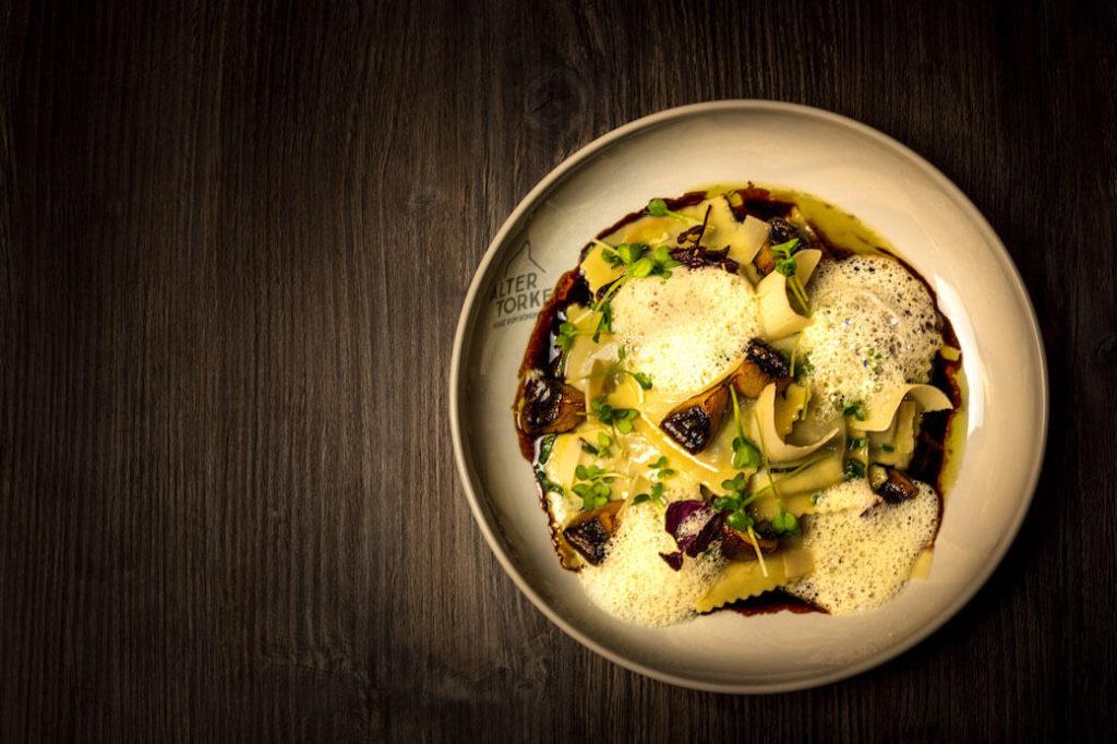 Köstliche Vorspeise: Die Ravioli mit Eierschwämmli und Lardo.