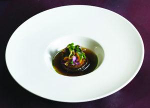 Geschmorte Zwiebel mit Entenleber-Essenz, Mango und Senf